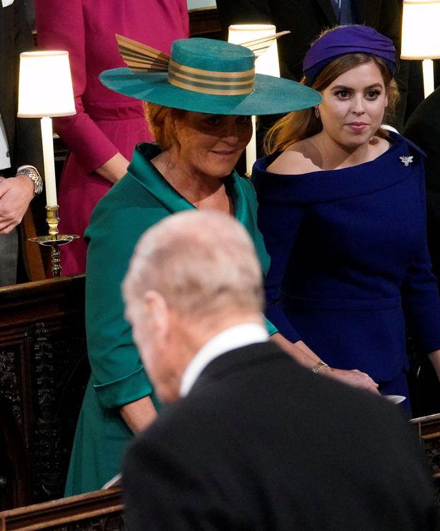 Foto: Sarah y su hija Beatriz, junto a su exsuegro, en la boda de Eugenia de York. (Reuters)