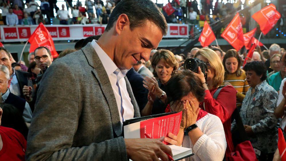 Foto: Pedro Sánchez, firmando un ejemplar de su libro.