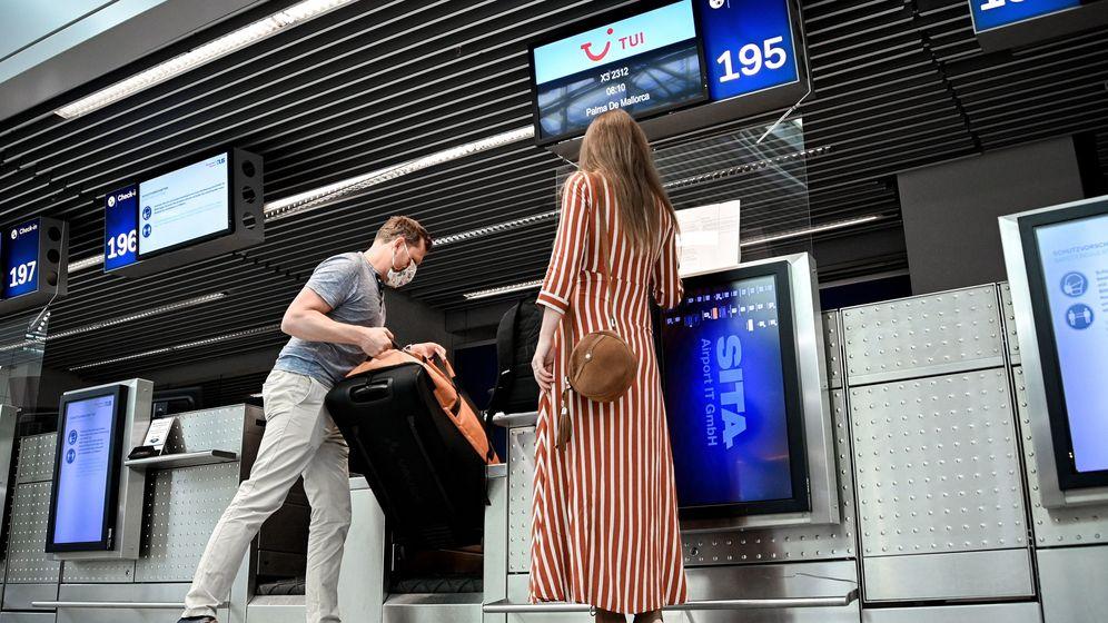 Foto: Pasajeros embarcando en el aeropuerto de Dusseldorf dirección Palma de Mallorca (EFE)