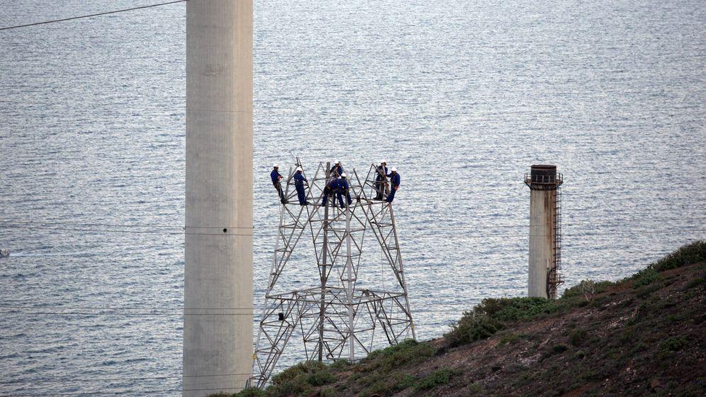 Foto: Operarios de Red Eléctrica realizando el cambio de la estructura. (Imagen cedida)