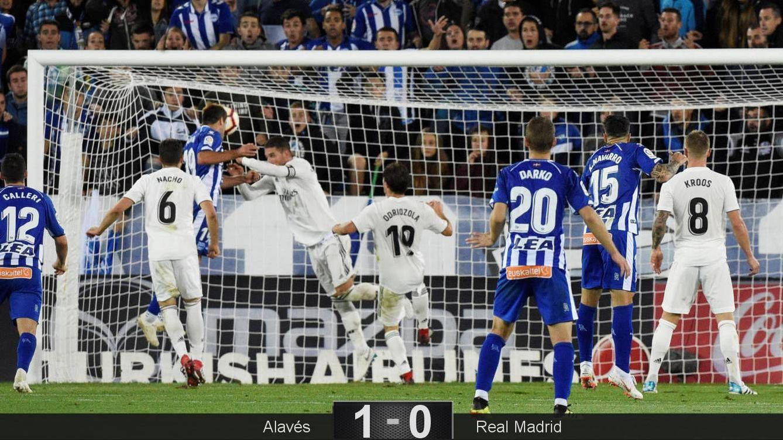 Foto: La acción del gol de Manu García que le dio la victoria al Alavés ante el Real Madrid. (Reuters)