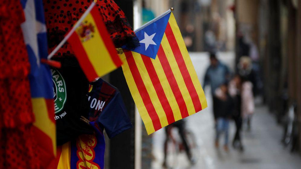 Foto: Bandera de España y una estelada en una calle de Barcelona. (Reuters)
