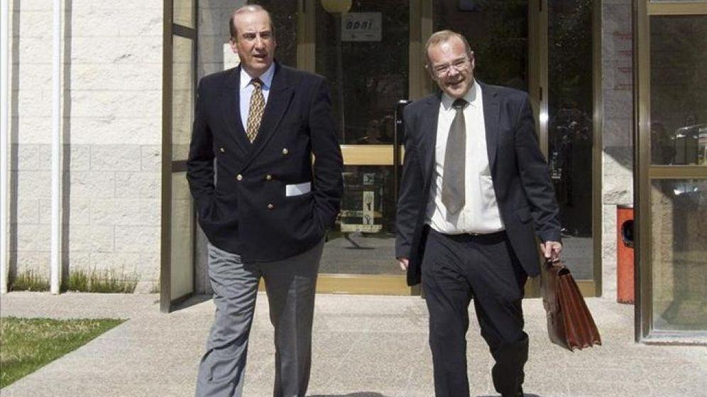 Foto: Francis Franco junto a su abogado en una imagen de archivo a su salida de los juzgados (EFE)