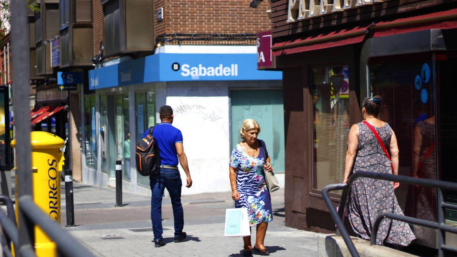 Foto: Vecinos de Vallecas pasean por el barrio. (J. Bocanegra)