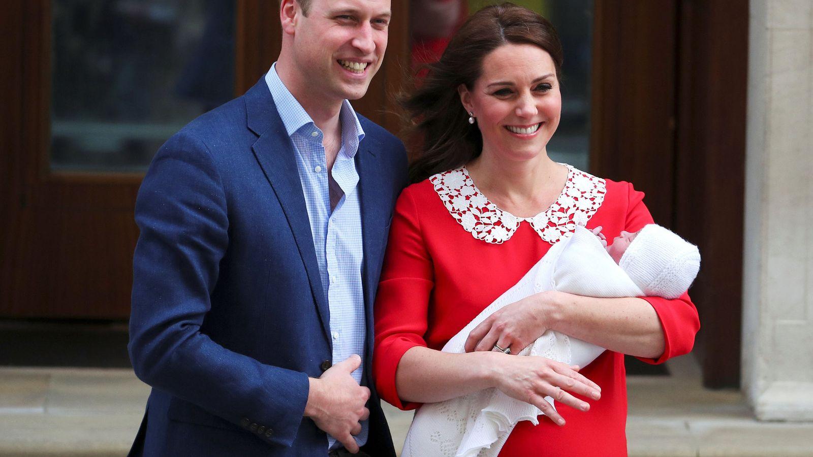 Familia Real Británica El Príncipe Guillermo Y Kate Middleton Abandonan El Hospital Con Su Nuevo Hijo