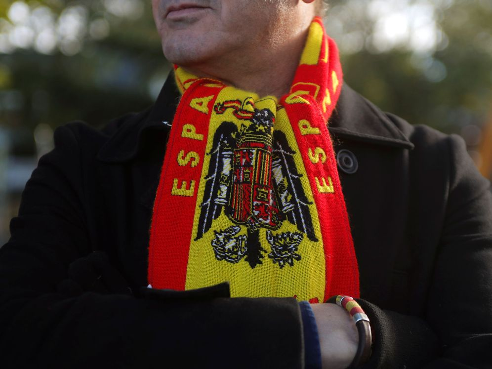 Foto: Uno de los manifestantes frente al cementerio exhibe una bufanda franquista. (Reuters)