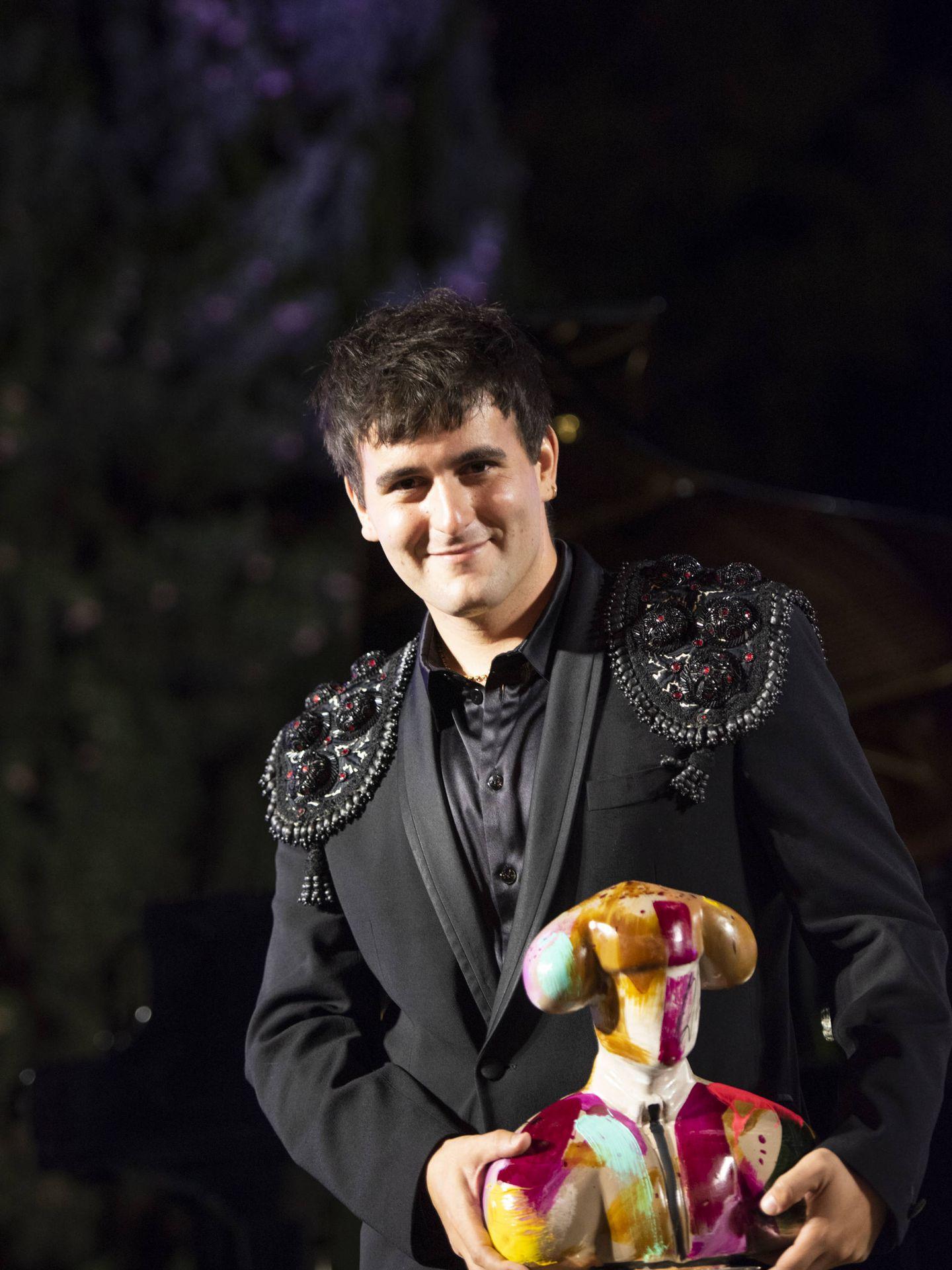 Palomo Spain, recibiendo uno de los premios. (Cortesía)