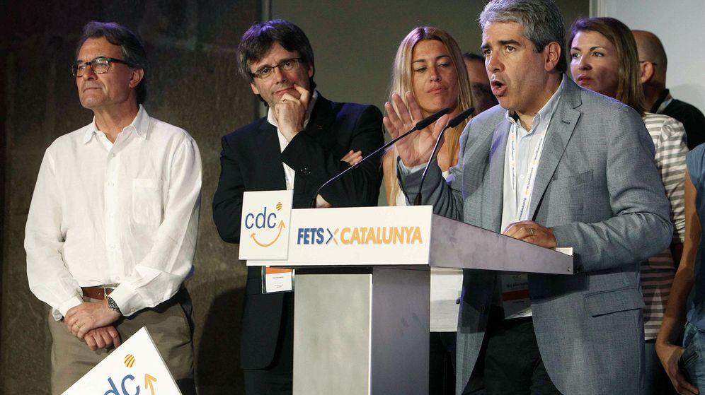 Foto: El portavoz parlamentario de CDC, Francesc Homs, el presidente de la Generalitat, Carles Puigdemont (2ºi), y el líder de la ex CDC, Artur Mas. (EFE)