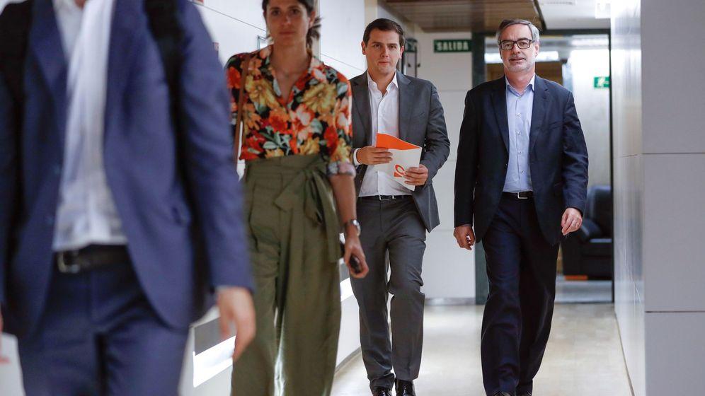 Foto: El líder de Ciudadanos, Albert Rivera (i), y el secretario general de la formación, José Manuel Villegas, a su llegada a la reunión del grupo parlamentario. (EFE)