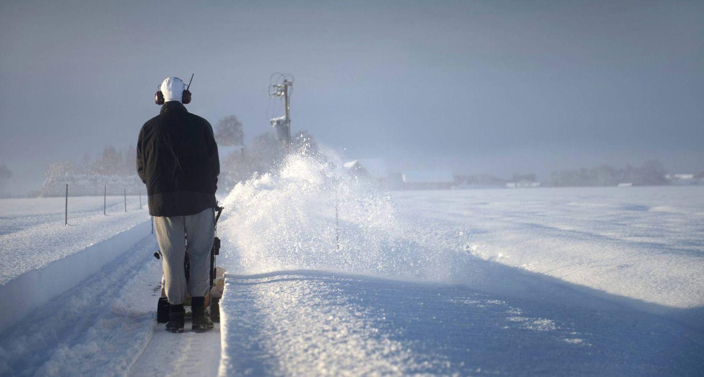 Foto: Un trabajador limpia con una quitanieves una carretera en Saleby, en el suroeste de Suecia (Reuters).