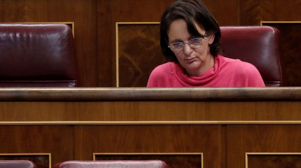 Foto: La diputada de Podemos Carolina Bescansa, en su escaño del Congreso de los Diputados durante una sesión de control al Gobierno. (EFE)