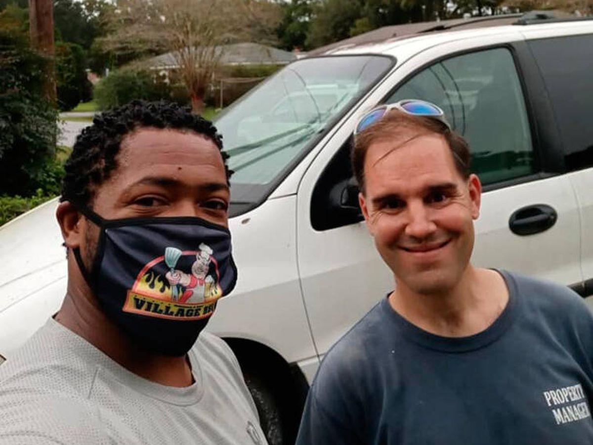 Foto: Eliot Middleton, junto a una de las personas que ya recibió un coche arreglado (Facebook)