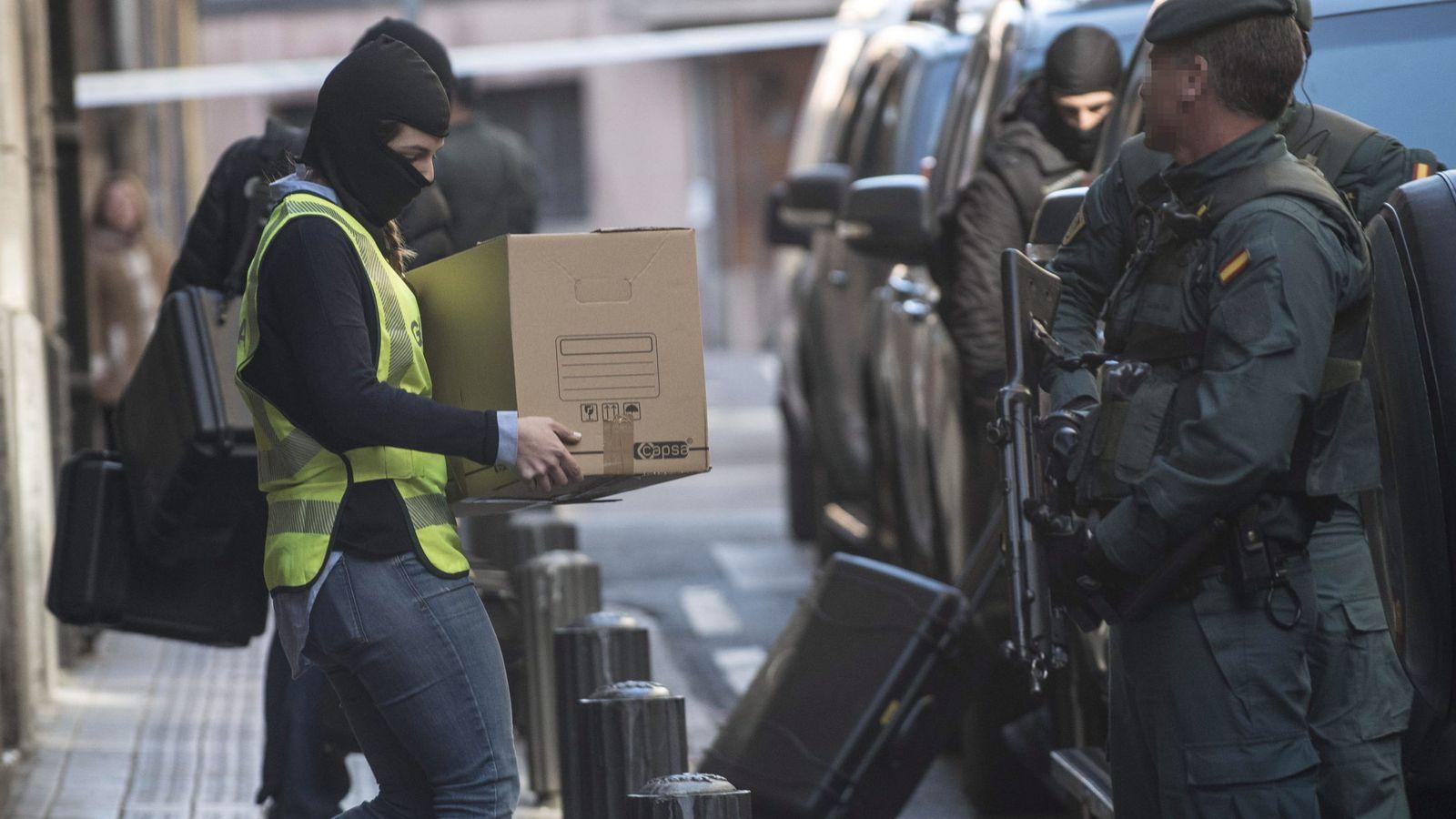 Foto: Agentes de la Guardia Civil en la detención de otro presunto yihadista en febrero en Bilbao.
