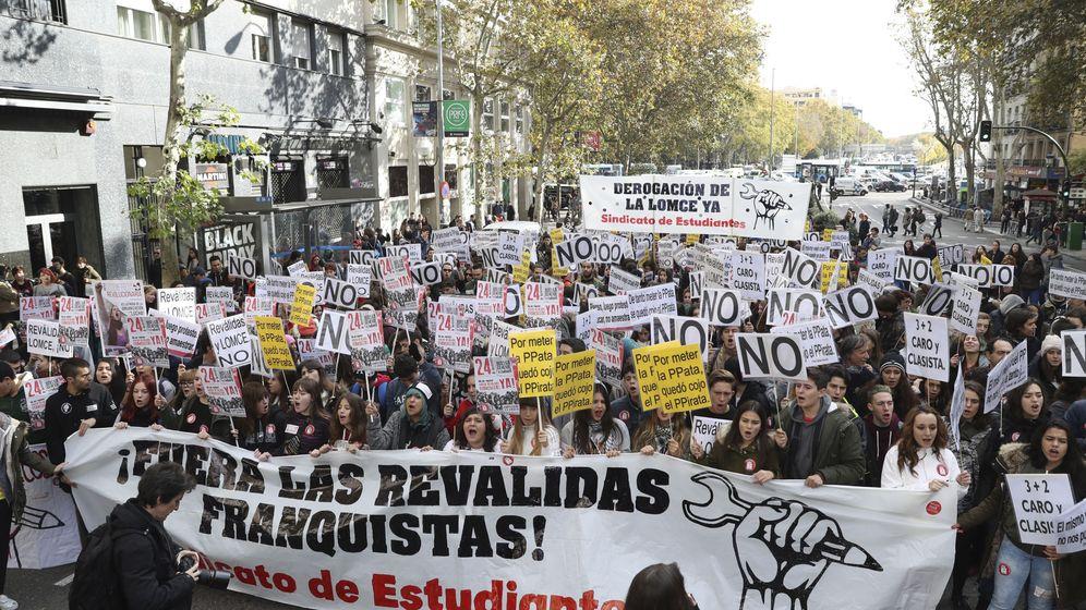 Foto:  Manifestación entre Atocha y la Puerta del Sol convocada por el Sindicato de Estudiantes (SE) en la jornada de huelga nacional de alumnos contra la Lomce y las reválidas. (EFE / J.J. Guillén)