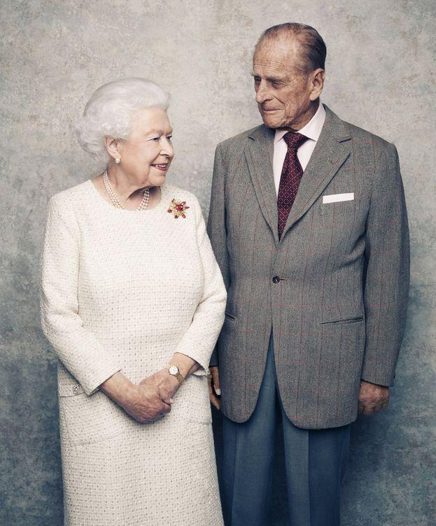 Foto: Isabel II y el duque de Edimburgo posan por el 70 aniversario de su boda. (Gtres)