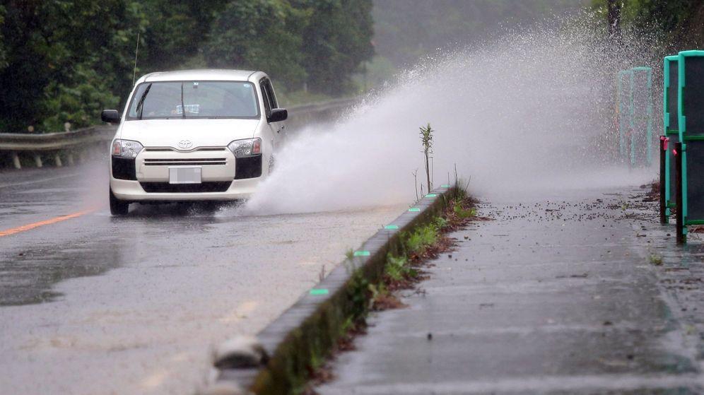 Foto: Un coche atraviesa una carretera inundada en Ashikita, al suroeste de Japón. (EFE)