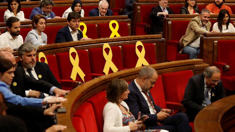Foto: El presidente de la Generalitat, Quim Torra (d), y el resto de diputados, en el momento de la votación en el pleno del Parlament de Cataluña de la propuesta de designación de Miquel Iceta como senador. (EFE)