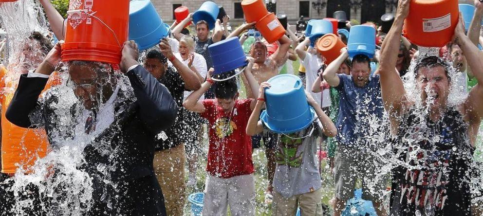 Foto: El cubo de agua fría deja ya 120.000 euros para los enfermos de ELA en España