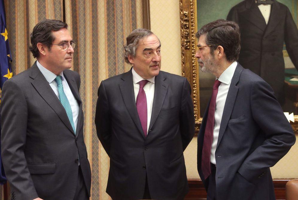 Foto: El presidente de la comisión territorial, José Enrique Serrano (d), con los presidentes de CEOE, Juan Rosell (c) y Cepyme, Antonio Garamendi. (EFE)