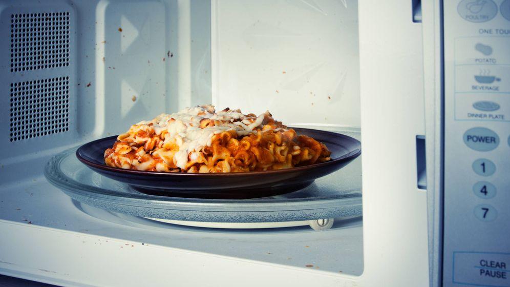 Foto: Lasaña ya cocinada calentándose en un microondas. (iStock)