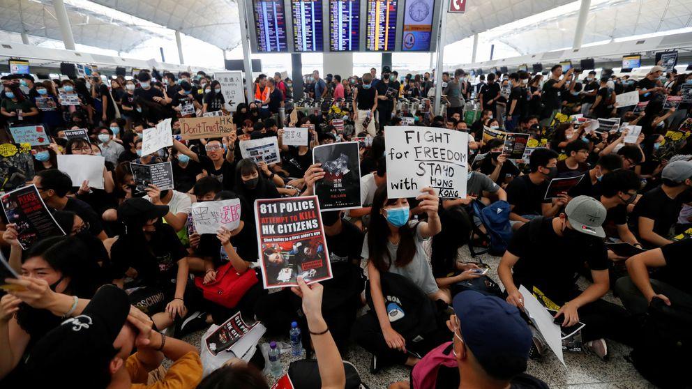 Miles de manifestantes 'toman' el aeropuerto de Hong Kong, que cancela todos sus vuelos
