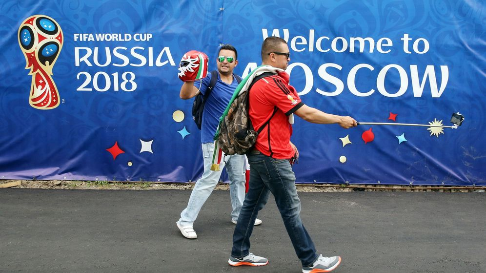 Foto: Aficionados se sacan una foto antes de que comience el Mundial. (EFE)
