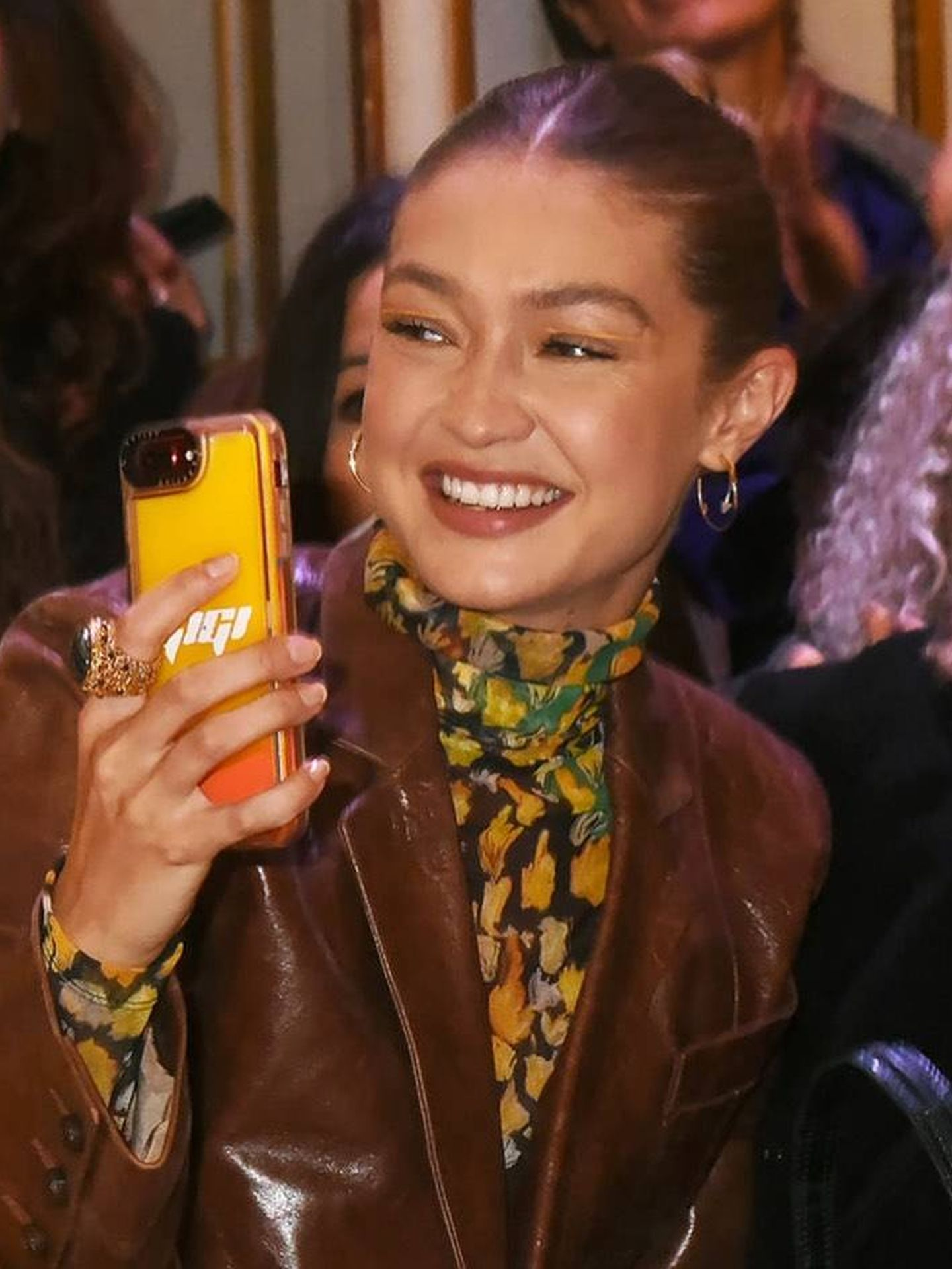 La modelo Gigi Hadid con su móvil.  (Cortesía)