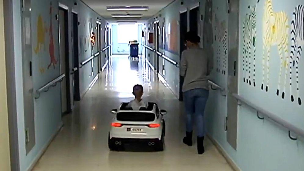 Foto: Los niños ya circulan por Pedriatría del hospital con sus nuevos coches donados por los Reyes Magos (Foto: Twitter)