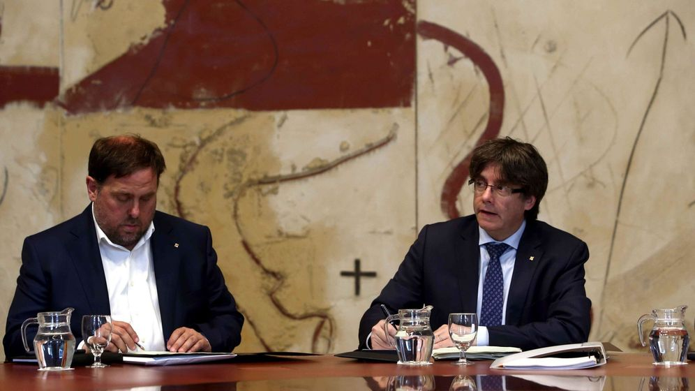 Foto: El presidente de la Generalitat, Carles Puigdemont (d), y el vicepresidente del Govern y conseller de Economía, Oriol Junqueras. (EFE)