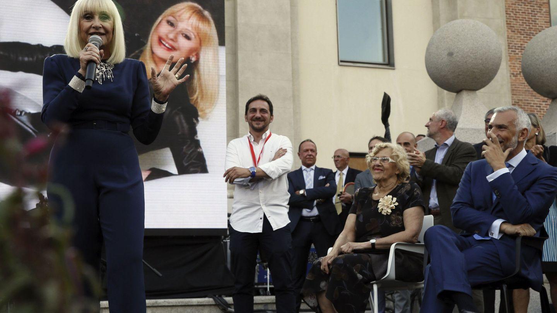 La alcaldesa de Madrid, Manuela Carmena escucha a la cantante Raffaella Carrà, en presencia del embajador italiano en España, Stefano Sannino. (EFE)