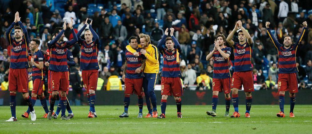 Foto: Los jugadores del FC Barcelona celebran su victoria en el Bernabéu (EFE)