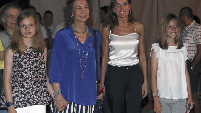 La reina Letizia posa con sus hijas y la reina Sofía, a su salida del concierto del violinista Ara Malikian en Port Adriano, en Palma de Mallorca. (EFE)