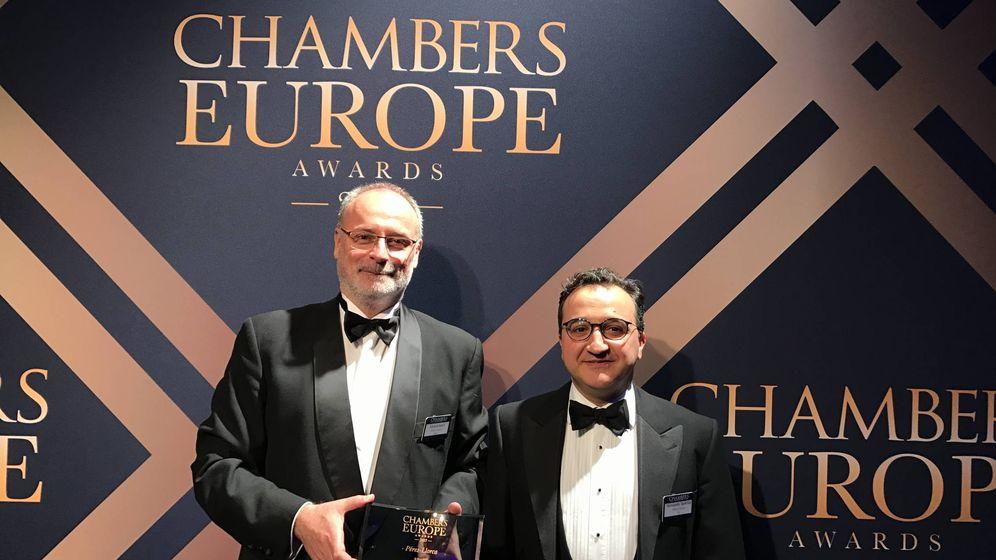 Foto: Gerard Serra, socio y director de la oficina de Barcelona, y Fernando Quicios, socio y 'resident partner' de la oficina de Londres, recogen el premio. (Pérez-Llorca)