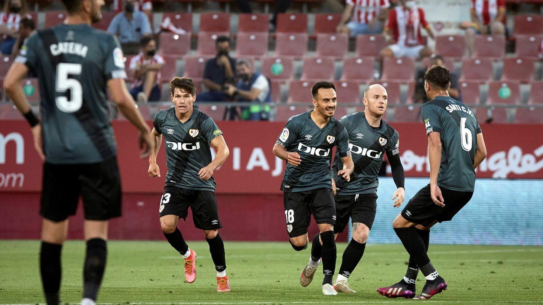 El Rayo brilla en una noche histórica en Girona y vuelve a Primera División (0-2)