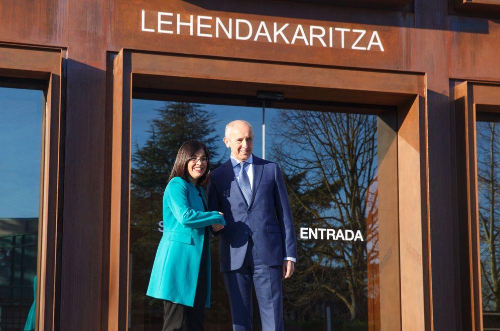 Foto: Darias y Erkoreka en su reunión del pasado 20 de febrero para abordar el proceso de transferencias a Euskadi. (EFE)