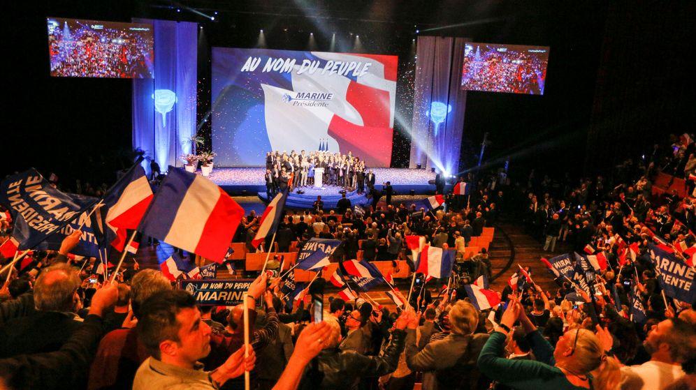Foto: Los seguidores de Marine Le Pen agitan banderas en el inicio de la campaña en Lyon. (Reuters)