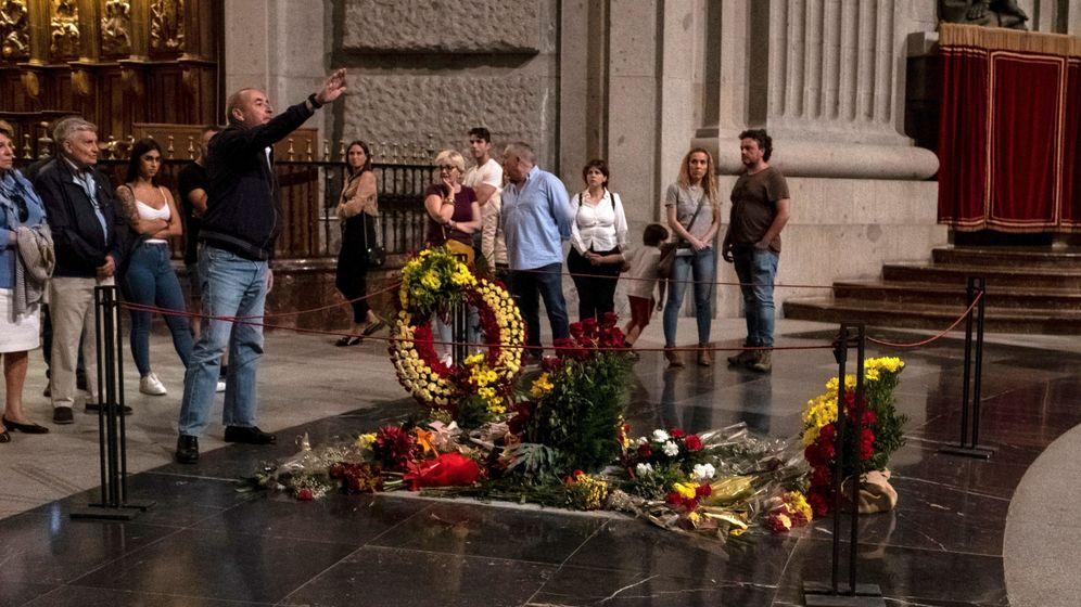 Foto: Visitas a la tumba de Franco en el Valle de los Caídos. (EFE)
