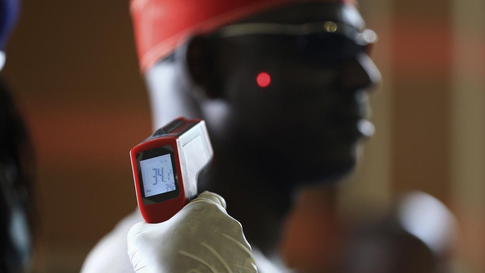 Foto: Un sanitario toma la temperatura a un hombre en el Aeropuerto Internacional Nnamdi Azikiwe, en Nigeria, durante la crisis del ébola. (Reuters)