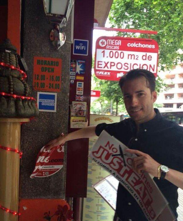 Foto: José Manuel García, uno de los comerciales de Just Eat, despega las pegatinas de La Nevera Roja en Palma de Mallorca.