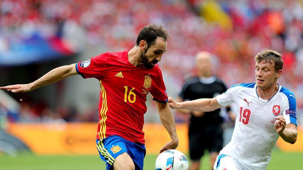 Foto: Ladislao Krejci intenta robar un balón a Juanfran durante el partido (Armando Babani/EFE/EPA).
