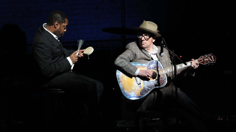 Steve Jordan, actuando junto a Elvis Costello. (Getty)
