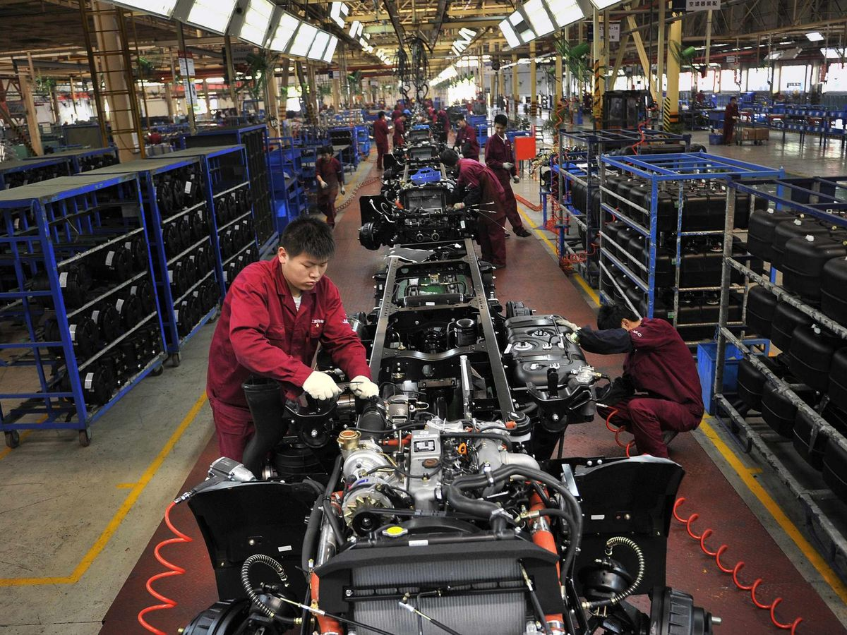 Foto: Trabajadores en una empresa de coches en Hefei, en la provincia de Anhui. (Reuters)