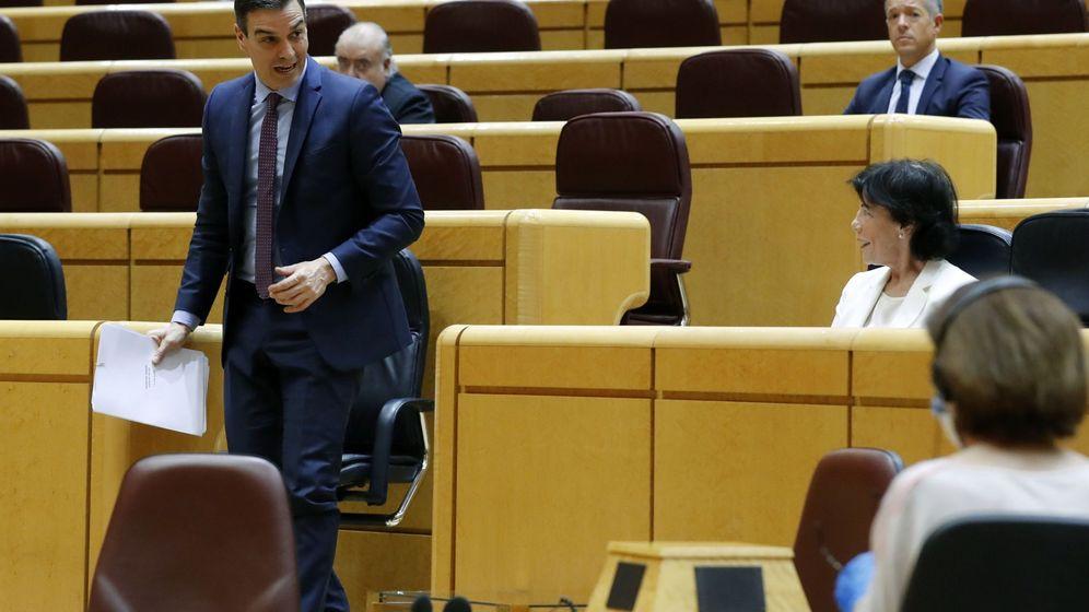 Foto: El presidente del Gobierno, Pedro Sánchez (i), este martes en la sesión de control al Gobierno en el Senado. (EFE)