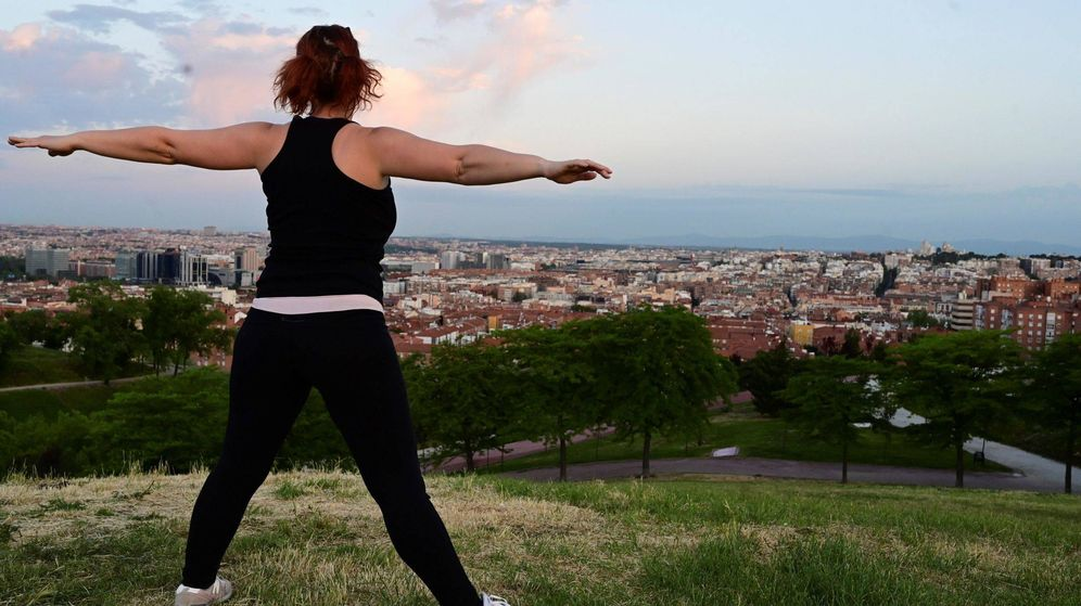 Foto: Una mujer realiza ejercicios en Madrid. (EFE)