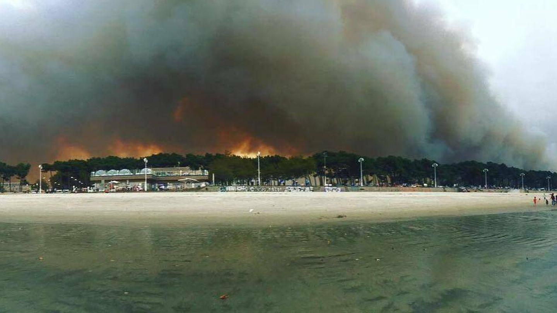 Imagen del incendio en Vigo visto desde la playa de Samil