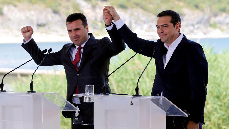 Tsipras y Zaev celebran el acuerdo que pone fin a una disputa de 25 años... si los macedonios lo aceptan (EFE)