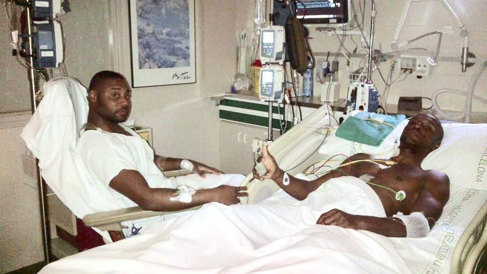 Foto: Gérard Armand, primo de Abidal, junto al exjugador del Barcelona en el hospital. (EFE)