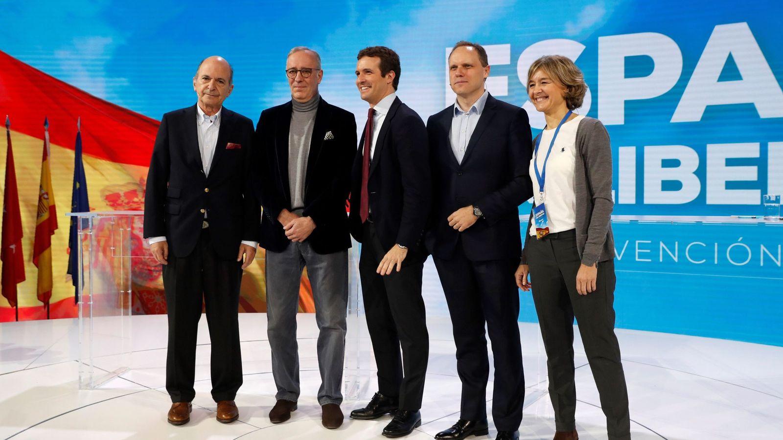 Foto: El presidente del PP Pablo Casado (c), junto a la vicesecretaria de Sectorial, Isabel García Tejerina, y los economistas Carlos Rodríguez-Braun (i), Lorenzo Bernaldo de Quirós (2ºi), y Daniel Lacalle (2ºd). (EFE)