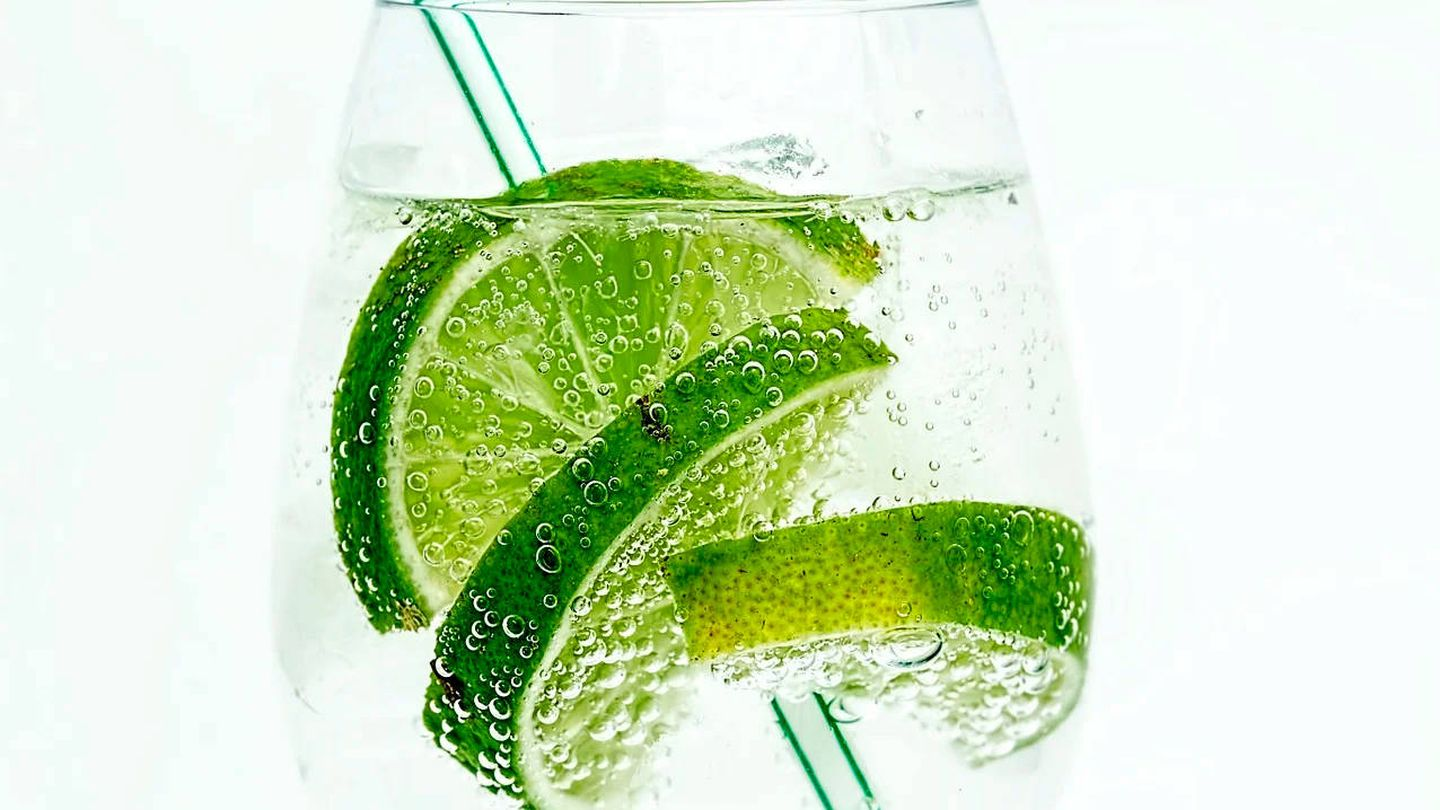 Es vital beber al menos dos litros de agua cada día (Pixabay)