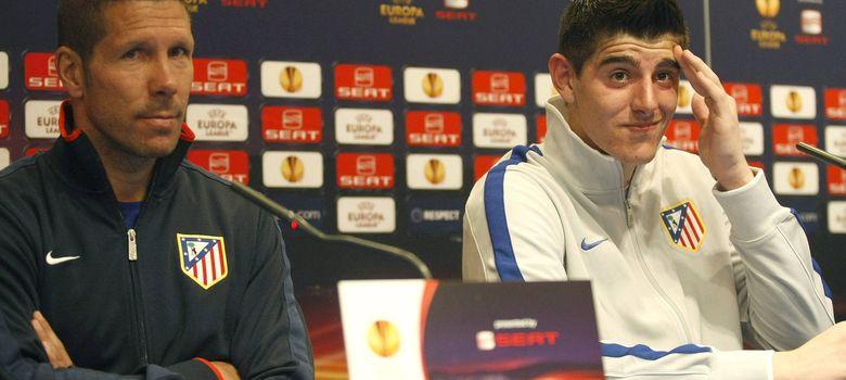 Foto: Simeone tiene plena confianza en Courtois. En la imagen, ambos antes de un partido del Atlético de Madrid en la Europa League en 2012.